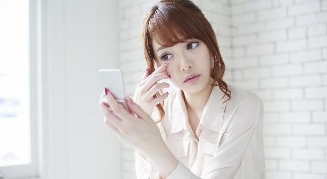 スキンケアをしながら顔のむくみを取る方法