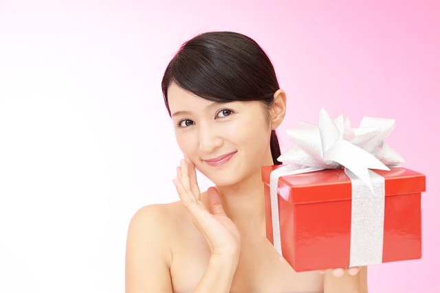 プレゼントボックスと女性